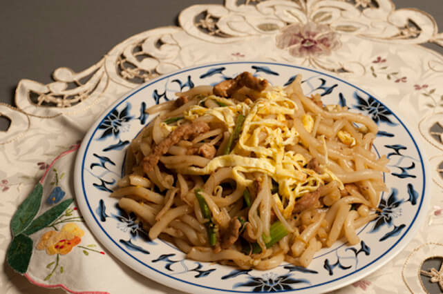 Example of diversity: lo mein noodles with chicken and fried egg