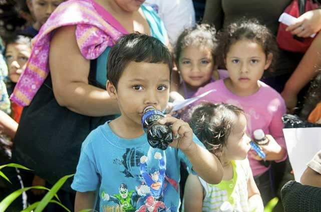 Children in El Salvador drink soft drinks more than water, which is often more expensive and not properly treated.